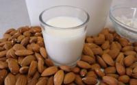 Il latte di mandorla Copertina
